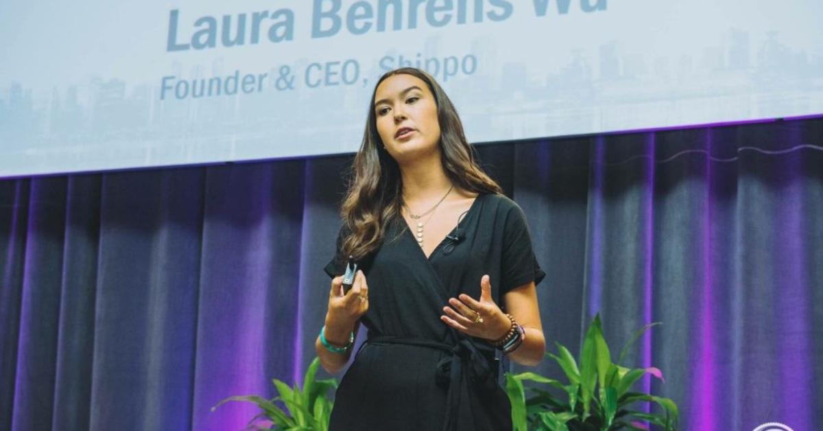 她花了兩年半摹仿祖克柏及賈伯斯,最後決定「做自己」!這個霸氣正妹不走矽谷「膨風」路線,靠著「務實」,成為七萬家企業的貨運夥伴!   創新拿鐵